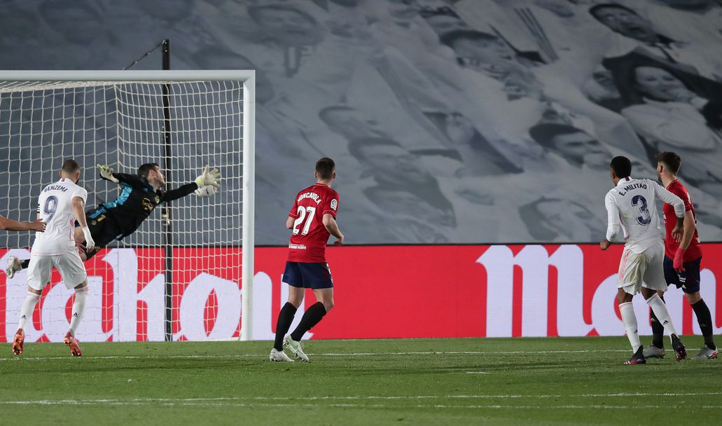 Едер Милитао от Реал Мадрид бележи гол с глава във вратата на Осасуна