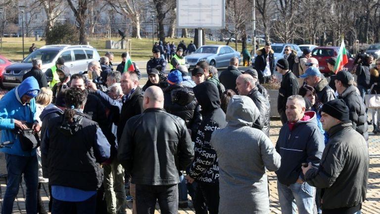 Фенове на Левски протестират пред парламента, ето какво се случи там (видео+снимки)