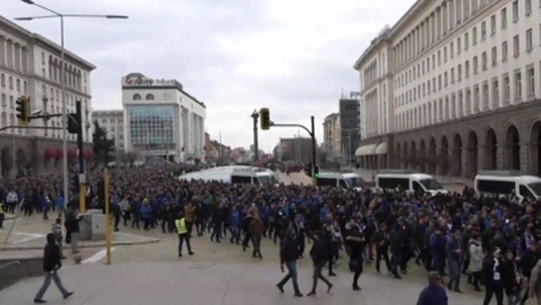 Хиляди левскари тръгнаха към Националния стадион (видео)