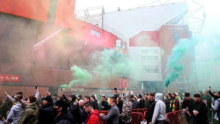 """Фенове на Ман Юнайтед нахлуха на """"Олд Трафорд"""", отложиха дербито с Ливърпул"""