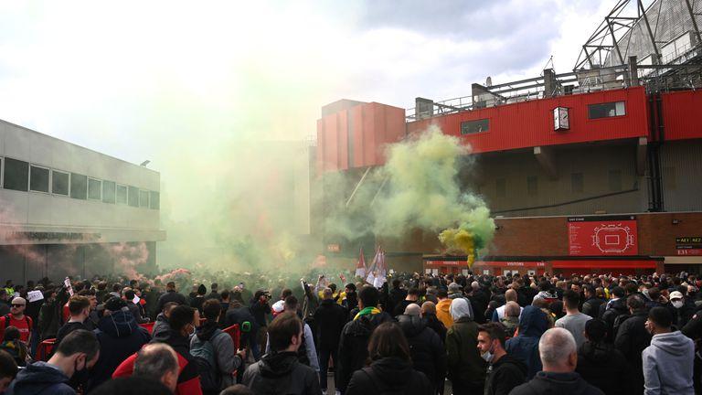 Отложиха дербито между Ман Юнайтед и Ливърпул след протест на феновете