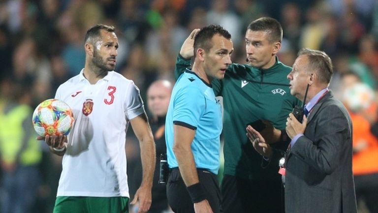 """Англичаните на два пъти спряха мача, агитка от сектор """"Б"""" си тръгна от стадиона"""