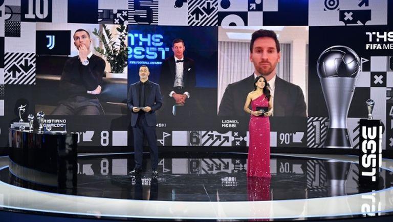 Роберт Левандовски с наградата за номер 1 в света