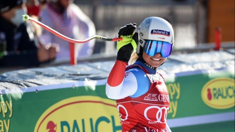 Швейцарка спечели изпълненото с падания спускане във Вал д'Изер