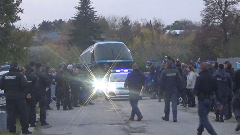 Автобусът на Лудогорец премина покрай агитката на Левски