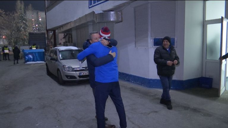 Прегръдка между Стоянович и Обертан след победата над Дунав