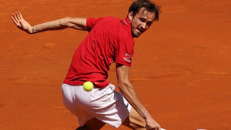 Медведев най-после спечели мач на клей