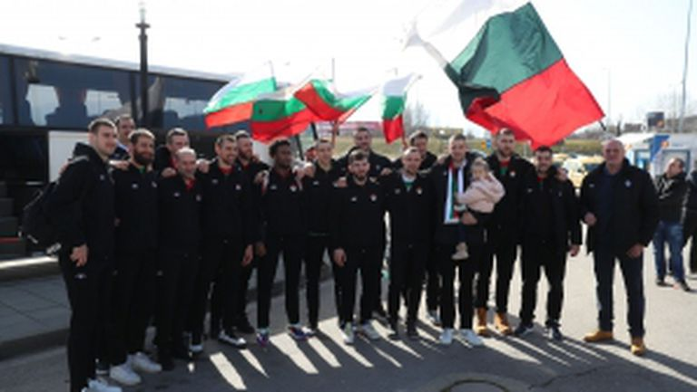 """Посрещнаха националите с """"Българи юнаци"""""""
