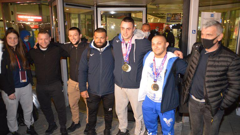Шампионско посрещане за българските щангисти при прибирането им в София