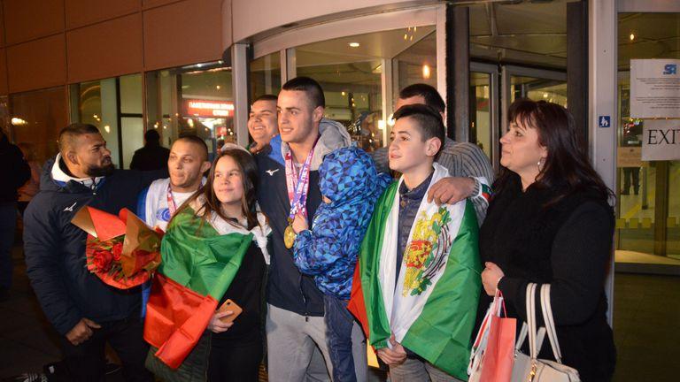 Българските герои от европейското по щанги се прибраха в София (видео + галерия)