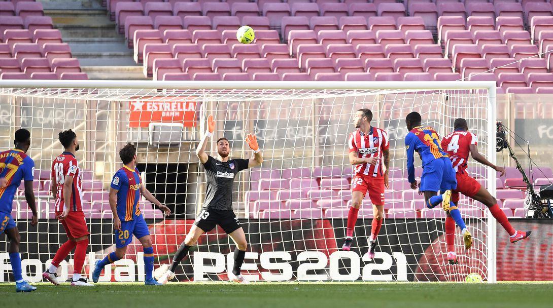 Усман Дембеле прави пропуск с глава пред вратата на Атлетико Мадрид