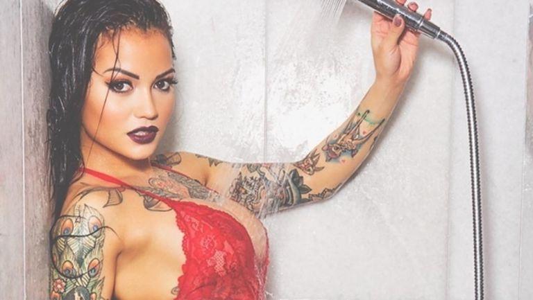 Тази секси брюнетка теши футболист на Кристъл Палас