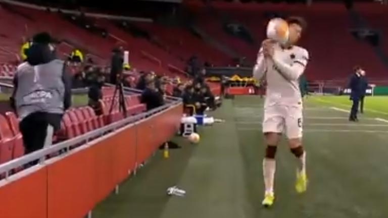 """Играч на Рома получи удар с топка и бе """"възнаграден"""" с жълт картон (видео)"""