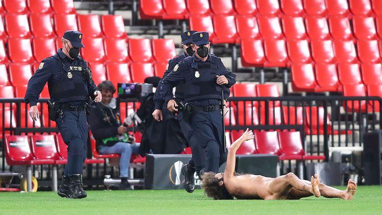 Голият ентусиаст от мача Гранада - Манчестър Юнайтед се крил 14 часа под рекламно пано