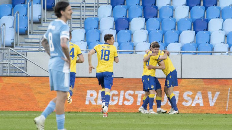 Слован ще трепери до последно за титлата след загуба в дербито с Дунайска Стреда