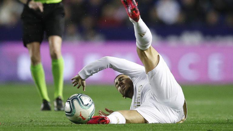 Тежестта на фланелката на Реал смаза Азар, смята Капело