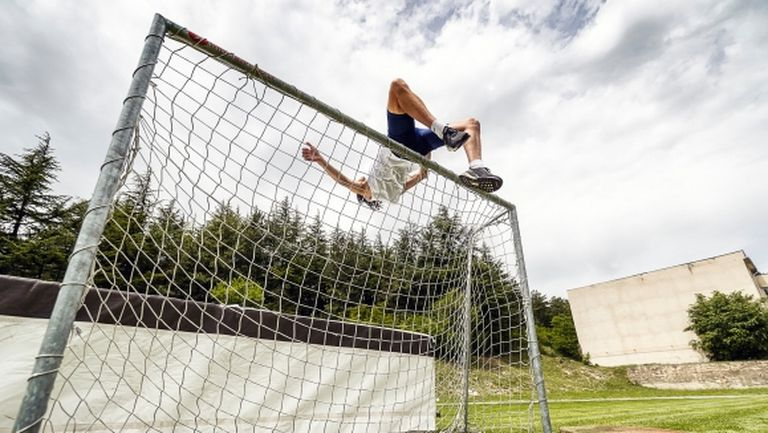 Тихомир Иванов прелетя над футболна врата (видео)