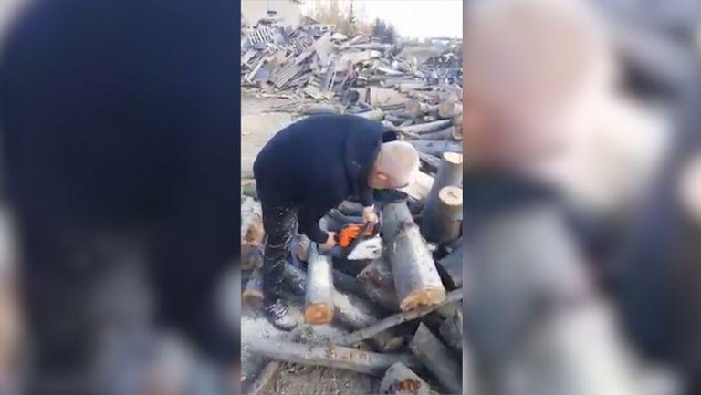 Крушарски реже дърва, Антунович го снима и коментира