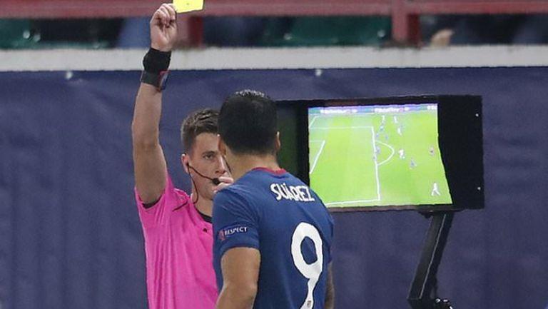 Суарес си е Суарес, но защо получи жълт картон в мача срещу Локо (Москва)