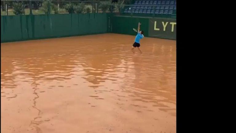 Корт или басейн? Тенис в екстремни условия... (видео)