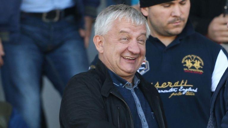 Крушарски реже дърва, Антунович го снима и коментира (видео)