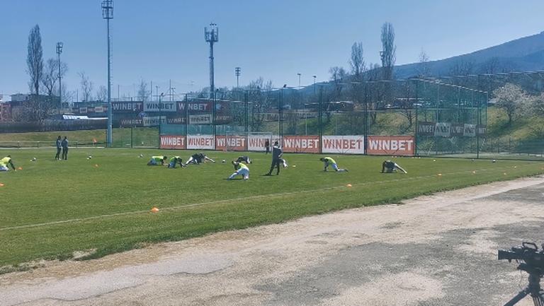 Никола Попов извежда отборите на Септември (София) и Септември (Симитли) за битката от Втора лига