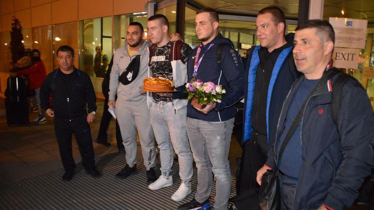 Посрещнаха с погача последните български медалисти от европейското в Москва (видео + галерия)