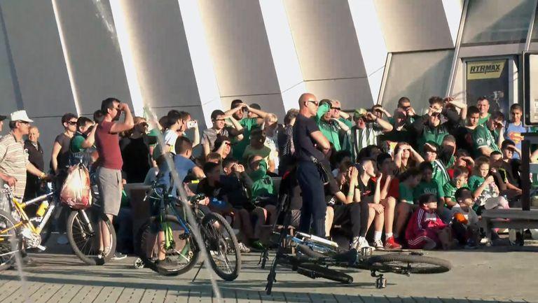 Фенове на Балкан подкрепят отбора пред залата