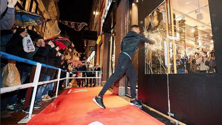 Антъни Джошуа счупи два прозореца при откриването на магазин в Амстердам (видео)