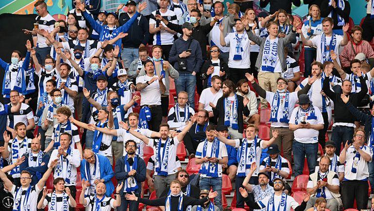 """От стадиона в Копенхаген: привържениците на Финландия скандират """"Кристиан"""", а тези на Дания допълват """"Ериксен"""""""