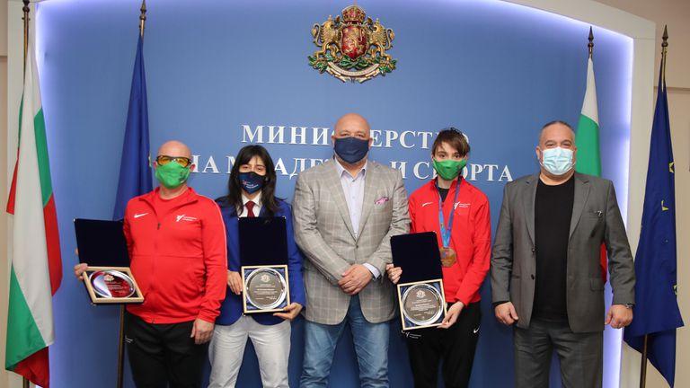 Министър Кралев награди Илина Иванова за бронзовия медал от Европейското по таекуондо