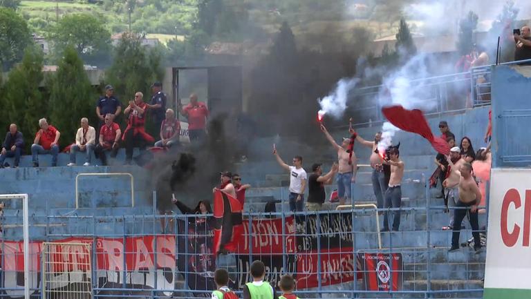 """Феновете на """"железничарите"""" започнаха празненствата още преди края на мача"""