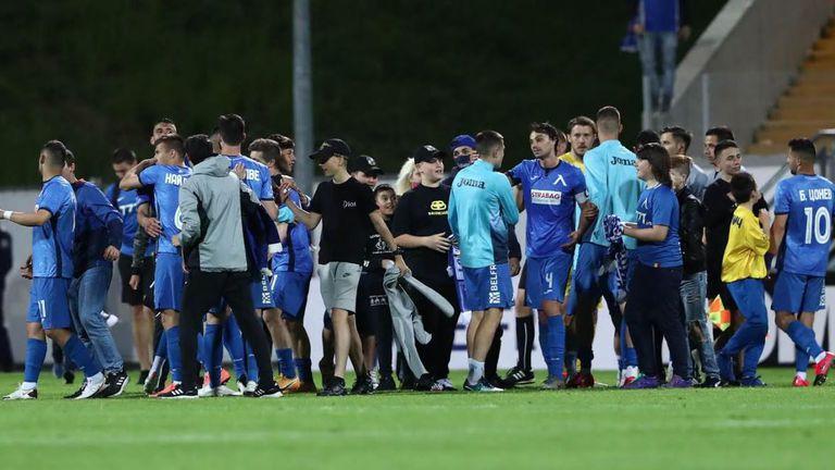 Феновете на Левски нахлуха на терена, за да поздравят своите любимци