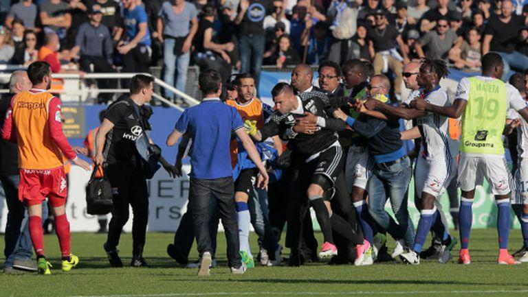 Трима играчи на Лион пуснаха жалби в полицията