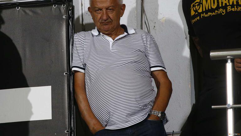 Крушарски: Футболистите ще играят без пари