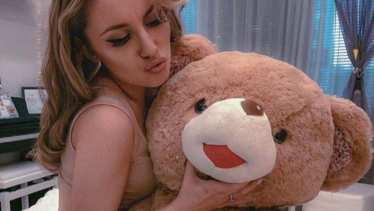 Секси певица се пусна по бельо и в интересна компания от леглото (снимки)