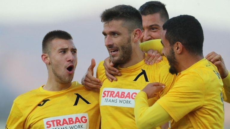 """Ботев (Враца) стресна Левски, но Робърта донесе първи успех далеч от """"Герена"""" след шест месеца"""