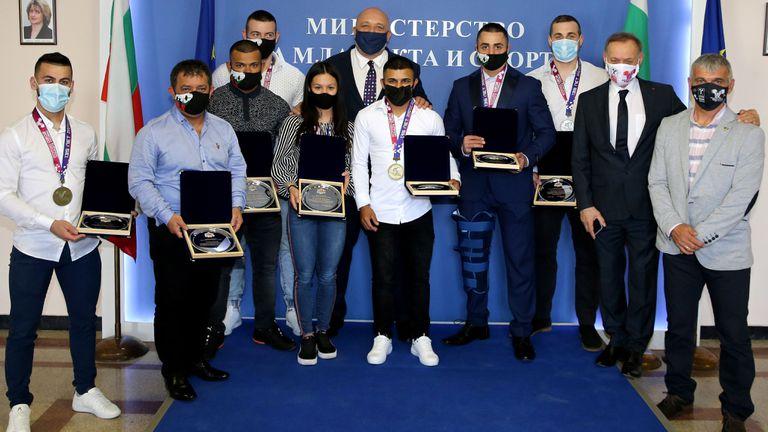 Министър Кралев награди медалистите от Европейското по вдигане на тежести
