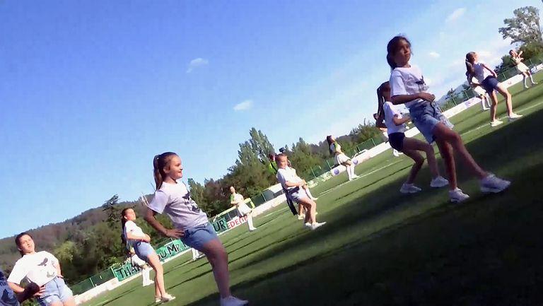 Страхотен танц на мажоретките на ФК Пирин подгря публиката преди началото на мача в Благоевград