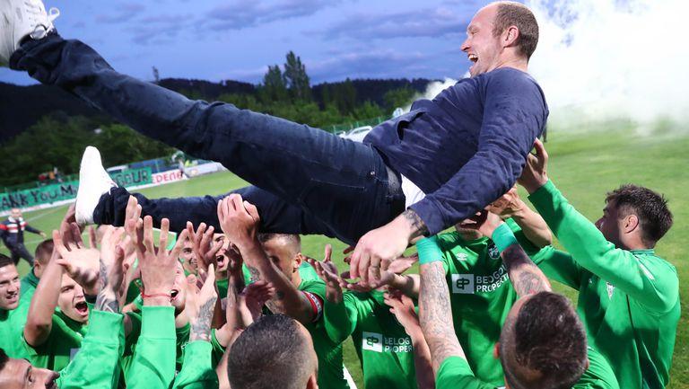 Уорън Фийни полетя във въздуха в чест на шампионската титла на Пирин във Втора лига