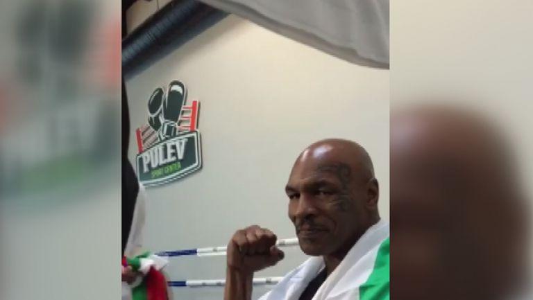Майк Тайсън си сложи българския флаг в залата на Пулев