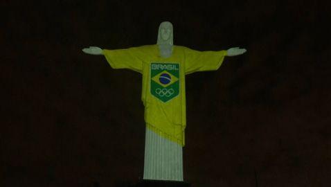 Статуята на Христос грейна в цветовете на Бразилия