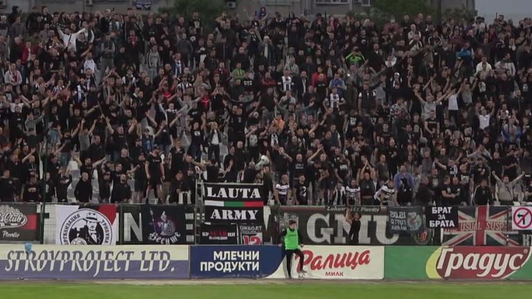 Локомотивци подкрепят любимците си под дъжда в Пловдив