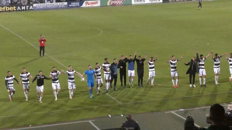 Играчите на Локо (Пловдив) отпразнуваха с феновете си победата над ЦСКА-София