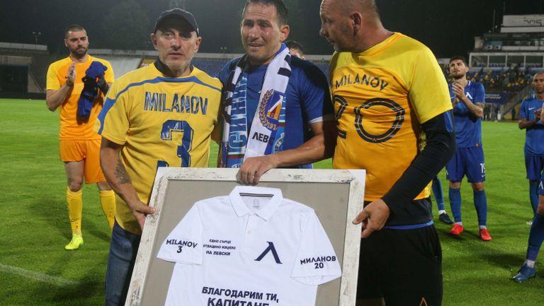 Фенове на Левски подариха специална картина на Миланов