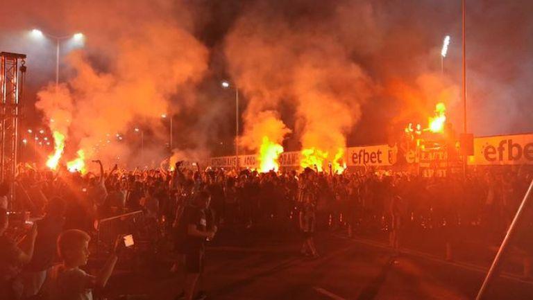 Феновете на Локо (Пловдив) със заря и пирошоу по време на мача с Тотнъм