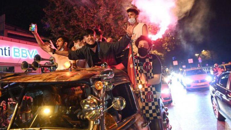 Противоепидемичните мерки в Истанбул не спряха феновете на Бешикташ от шумни празненства за титлата
