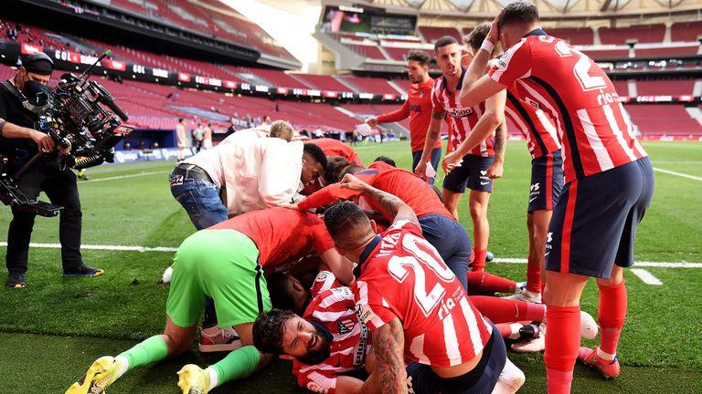 Изключителен обрат в последните десет минути остави Атлетико само на победа от титлата