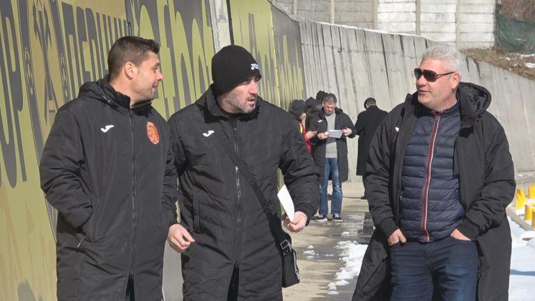 Селекционерът на младежите гледа дербито в Перник