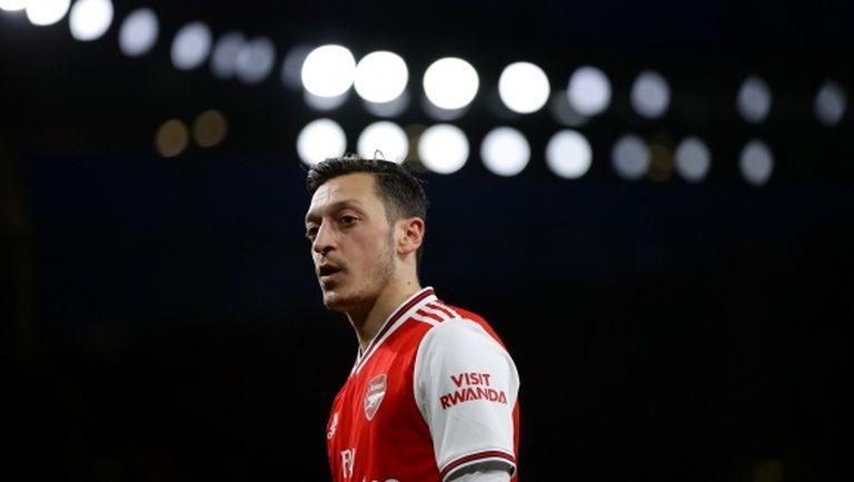 Йозил заминава за Истанбул, но мъките на Арсенал не приключват